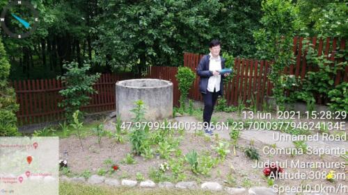 Fig 1. Măsurarea calității apei unei fântâni din Săpânța la marginea pădurii de stejari seculari
