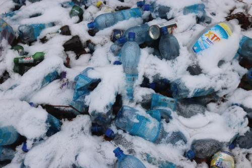 Fig. 3. Depozit de plastice in vecinatatea carierei