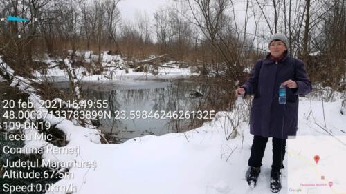 Colectând apa din lacul Teceu cu aspect hibernal