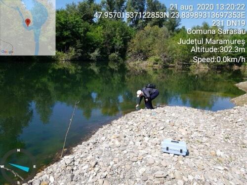 Prelevarea unor probe de apă dintr-un lac în apropiere de râul Tisa, Sarasău